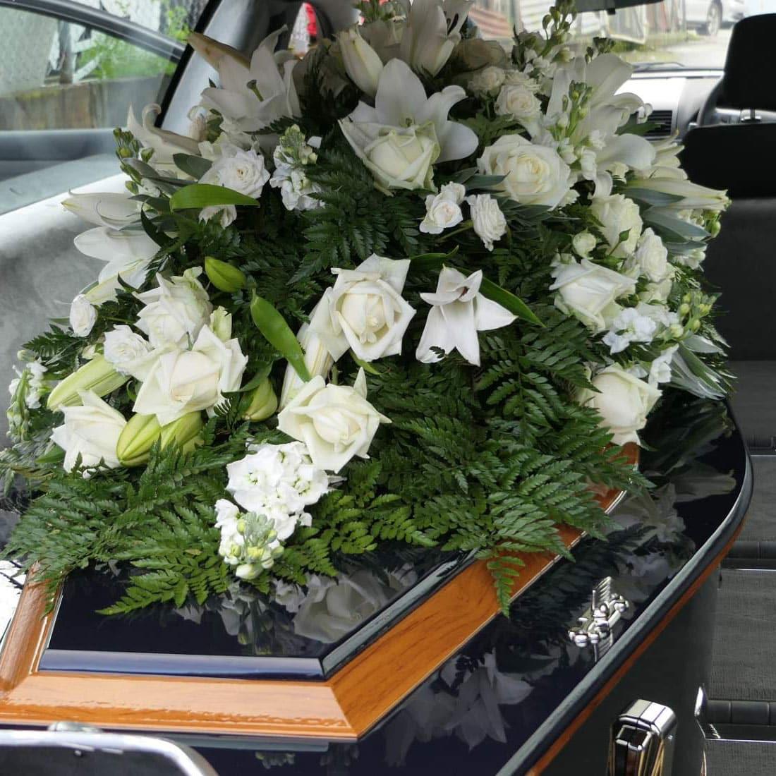 tradycyjne pogrzeby z trumną